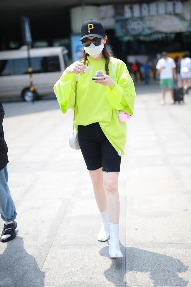 让李沁、赵丽颖爱不释手的单品,一件卫衣轻松get今年流行趋势-第12张