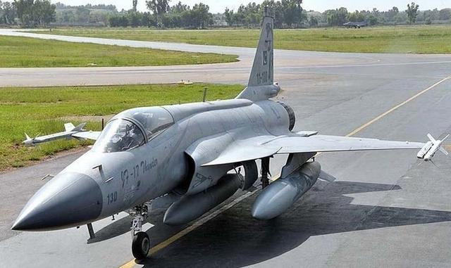 巴基斯坦枭龙战机坠落,飞行员弹射逃生,印度网友:我们击落的-第1张