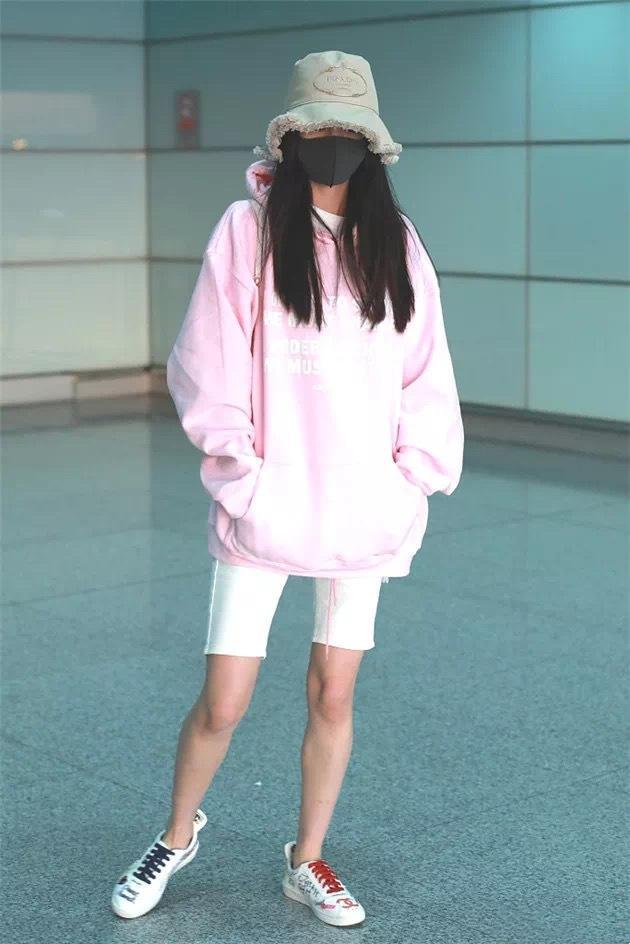 卫衣下面一定不要穿裤子,看看杨幂迪丽热巴,这样穿是有多美-第8张