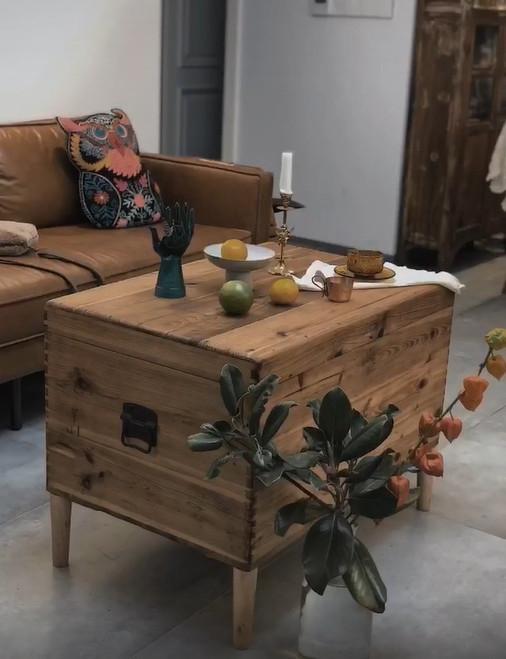 淘来个老木箱,用打磨机简单磨一磨,变成了颜值超高的有桌腿茶几