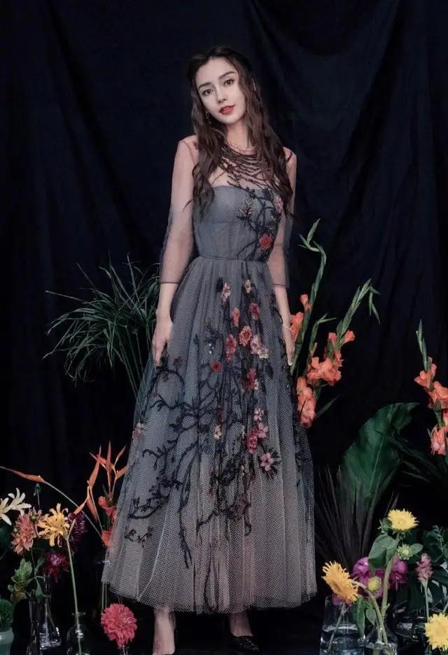 李小萌气质绝佳,穿刺绣抹胸连衣裙优雅迷人,个子小气场却强大-第8张