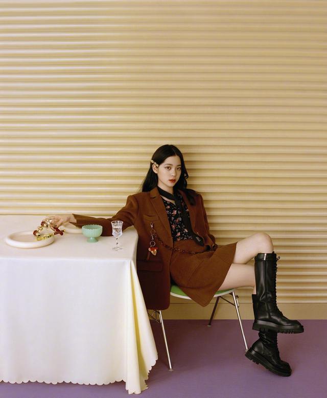 欧阳娜娜解锁新穿搭,棕色毛衣搭配黑色短裤,她对时尚是真爱-第5张