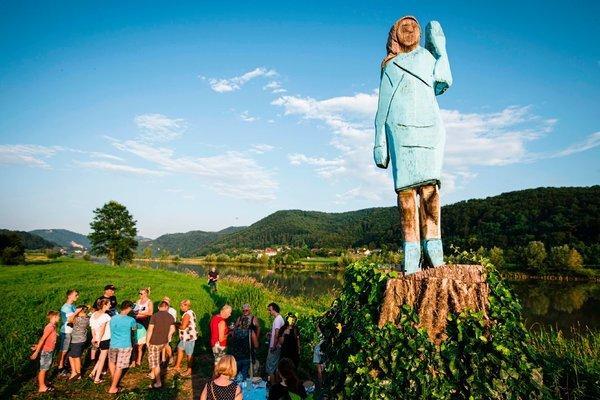 再也不怕烧:美国第一夫人家乡木雕被毁后,换成了青铜的-第2张