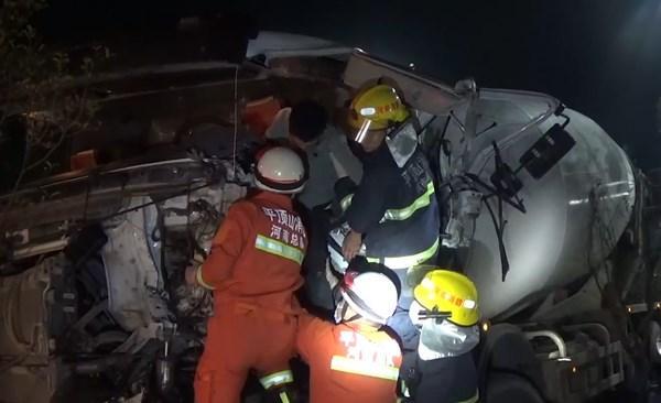 平顶山郏县两车相撞致一人被困 消防胜利救济插图