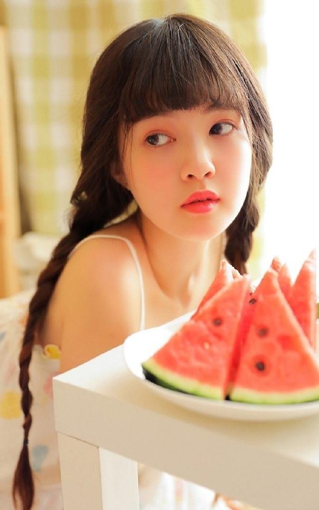 天天吃西瓜,难怪长得那么水灵灵的