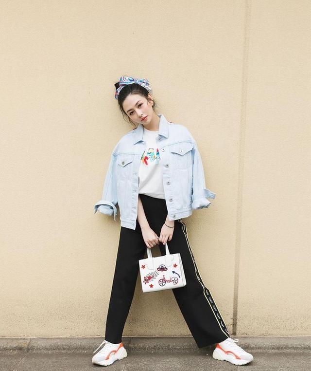 邱淑贞女儿沈月登上大刊封面,18岁星二代的时装进化之路-第19张