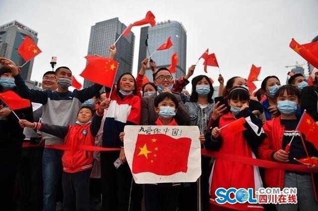 成都天府广场:升国旗迎国庆,上万群众观看-第8张