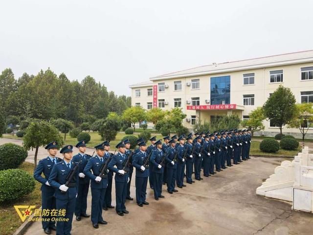 晨曦迎华诞!空军石家庄飞行学院某旅隆重举行升旗仪式-第11张
