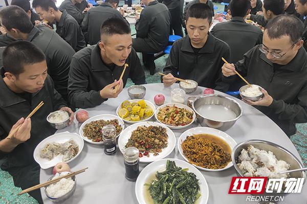 """假期会餐换口味 武警湖南总队新兵团一大队新兵""""慢慢能吃辣"""""""