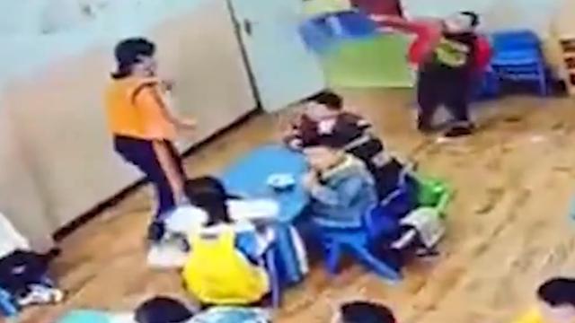 幼儿园小孩扔凳子砸老师,监控拍下全过程,网友:家长该反思 全球新闻风头榜 第2张