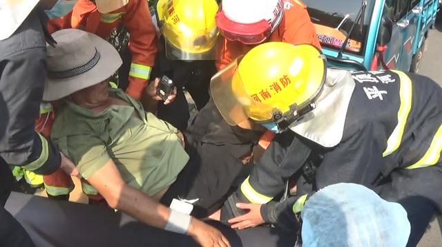 河南平顶山:白叟被电动三轮撞到致使被卡 消防敏捷救济插图1