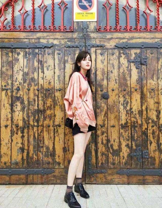 卫衣下面一定不要穿裤子,看看杨幂迪丽热巴,这样穿是有多美-第4张