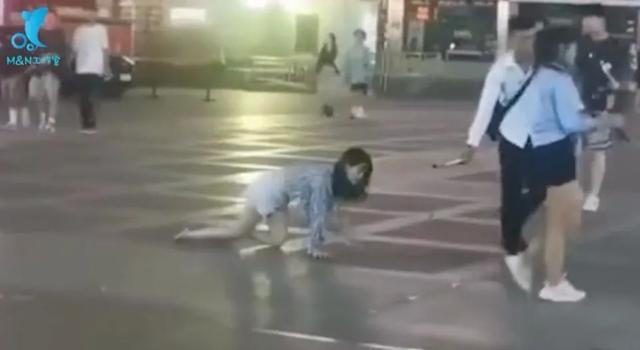 女主播当街栓链子学狗爬,看完我想给她刷个大火箭...