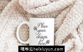 动态毛毯上的咖啡杯样机贴图展示模版 Winter coffee mug mockup xmas mock