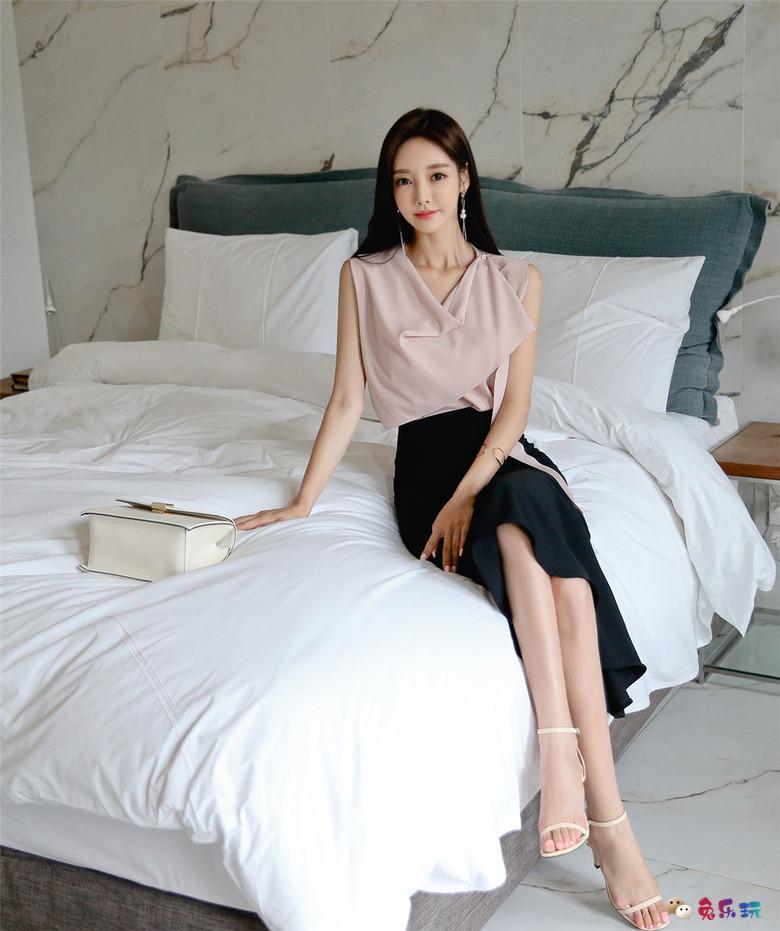 孙允珠:朦胧虹彩晴朗淡粉丝绸褶皱裙