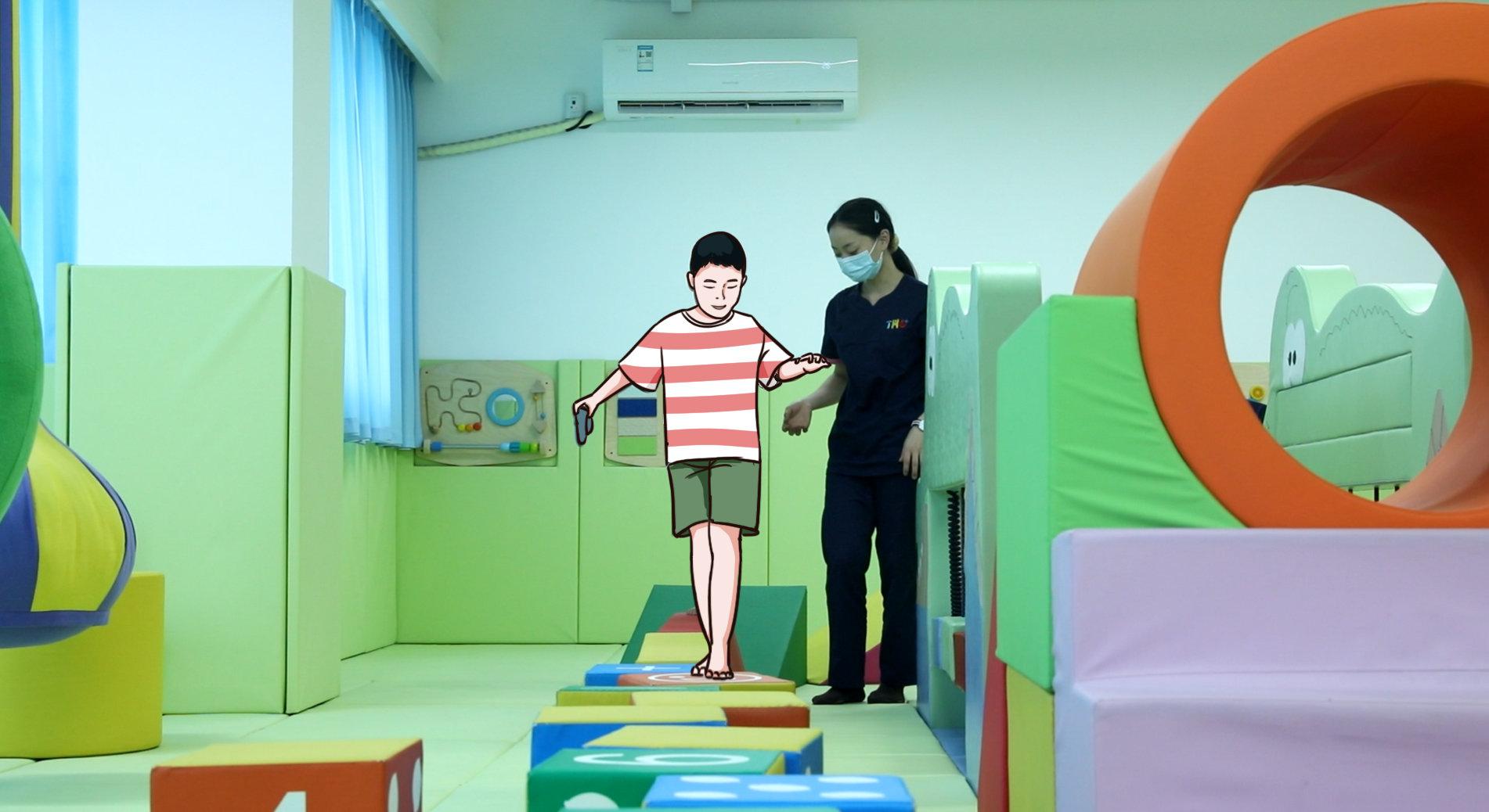 康复师训练孩子平衡能力